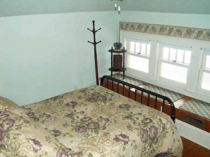 Green Room on Third Floor, Queen bed, overlooks front yard
